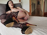 Solo brunette lands entire glass toy down her warm holes
